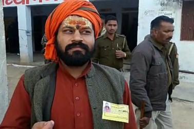 ایودھیا کے مشہور ہنومان گڑھی کے پجاری راجو داس نے بھی صبح اپنے حق رائے دہی کا استعمال کیا۔