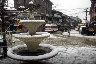 تازہ برف باری اور بارشوں کے نتیجے میں تین سو کلو میٹر طویل سری نگر۔ جموں قومی شاہراہ پر مٹی کے تودے گرآئے ہیں جس کے نتیجے میں وادی کو زمینی راستے سے بیرون دنیا سے جوڑنے والی اس واحد ہمہ موسمی شاہراہ کو ایک بار پھر گاڑیوں کی آمدورفت کے لئے بند کردیا گیا۔