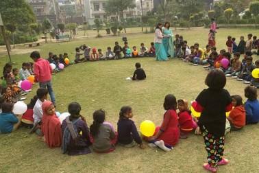 وسندھرا کے نزدیک جھگیوں میں رہنے والے بچے پیر کی شام یہاں کے ایک پارک میں جمع ہوئے اور خوب انجوائے کیا۔ یہ ان کا ویلیںٹائن ڈے جشن تھا۔ تقریباً 100 بچے یہاں جمع ہوئے۔