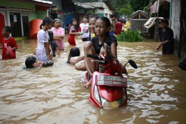 بھاری بارش کی وجہ سے جکارتہ میں 50 سے زیادہ علاقوں میں سیلاب آ گیا ہے۔ ڈیزاسٹر ریلیف ایجنسی کے مطابق مشرقی جکارتہ میں 4.9 فٹ تک پانی بھرا ہوا ہے۔