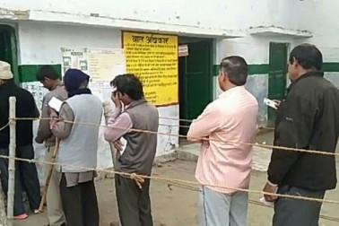 بلرام پور میں پولنگ بوتھ پر صبح صبح لائن میں کھڑے ووٹر۔