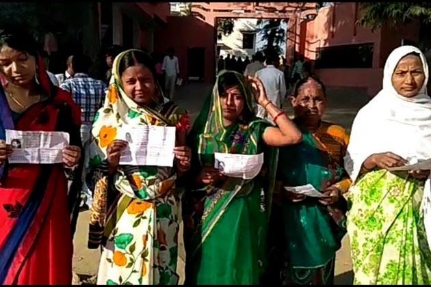 ہمیر پور میں صبح صبح ووٹ ڈالنے پہنچیں خواتین۔