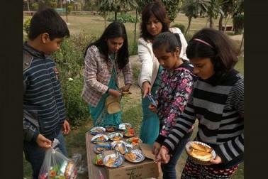طرح طرح کے مقابلوں کے بعد بچوں کو کھانے پینے کی چیزیں بھی دی گئیں۔ انہیں کھا کر بچے بہت خوش دکھائی دیے۔