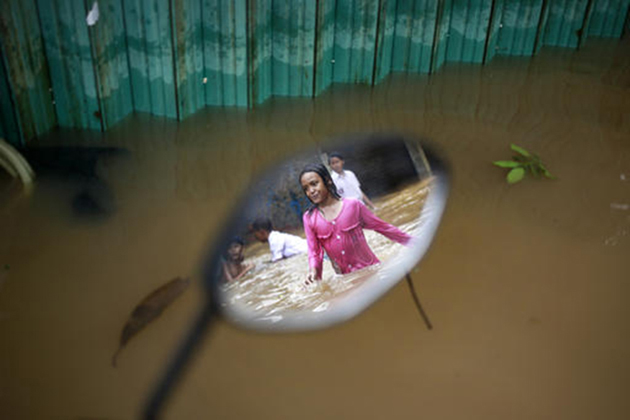 سال 2013 میں سیلاب کی وجہ سے جکارتہ میں دو درجن سے زیادہ لوگوں کی موت ہو گئی تھی اور ہزاروں لوگوں کو اپنے گھر چھوڑ کر جانا پڑا تھا۔