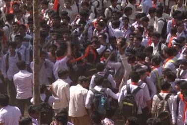 کرناٹک کےشیموگہ کے گورنمنٹ سہیادری کالج میں طلبا کے درمیان احتجاج کا یہ منظرتشوش کا سبب بنا ہوا ہے۔ تین دن قبل یہاں اچانک برقعہ پر پابندی کو لے کر احتجاج ہوا ہے۔