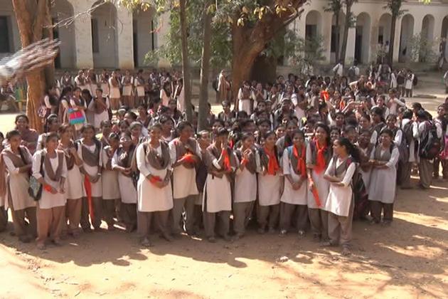 چند طلبا نے مسلم لڑکیوں کے برقع پہن کرآنے پراعتراض جتاتے ہوئے احتجاج کیا۔ جواب میں مسلم لڑکیوں نے بھی برقعہ پہننے کو اپنا حق قراردیتے ہوئے احتجاج درج کیا۔ مسلم لڑکیوں نے کہا کہ اب تک یہاں ہندومسلم کا بھید بھاؤ نہیں تھا۔