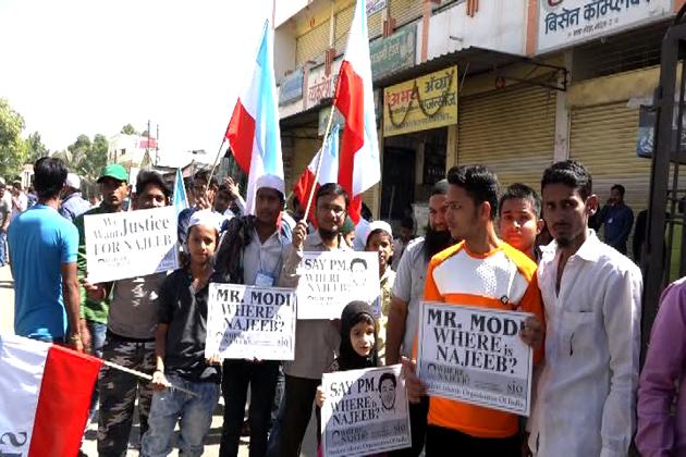 جے این یو طالب علم نجیب احمد کی گمشدگی کے معاملہ پر طلبہ تنظیم اسٹوڈنٹس اسلامک آرگنائزیشن آف انڈیا کی جانب سے ملک گیر سطح پر احتجاج کیا جارہا ہے ۔اسی سلسلہ میں آج ناندیڑ میں ایک احتجاجی مورچہ کا اہتمام کیا گیا ۔ مورچہ میں ہزاروں کی تعداد میں طلبہ اور نوجوانوں نے شریک ہوکر نجیب کے حق میں انصاف کا مطالبہ کیا ۔