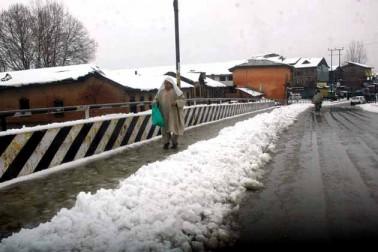 وادی میں گذشتہ چوبیس گھنٹوں کے دوران ایک 11 انچ برف باری اور 28 ملی میٹر بارش ریکارڈ کی گئی ہے۔ گرمائی دارالحکومت سری نگر میں اتوار کی صبح جب لوگ نیند سے اٹھے تو پورے شہر نے برف کی سفید چادر اوڑھ لی تھی۔ تاہم دن آگے بڑھنے کے ساتھ مکانوں کی چھتوں، کھلے میدانوں اور سڑکوں پر جمع برف تیزی سے پگھلنے لگی اور اس کے نتیجے میں شہر کی بیشتر سڑکیں زیر آب آگئیں۔