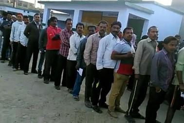 للت پور میں صبح سے ہی پولنگ بوتھ پر دیکھی جا رہی ہے ووٹروں کی بھیڑ۔