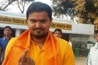 گونڈا صدر سیٹ سے بی جے پی امیدوار پرتیک بھوشن سنگھ نے صبح ووٹ ڈالا۔