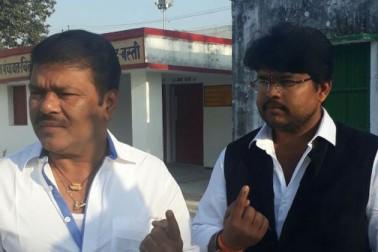 سابق وزیر اور بستی ہریا سے ایس پی امیدوار راج کشور سنگھ نے مہادیوا اسمبلی علاقے کے گنگيا كوهل بوتھ پر ووٹ ڈالا۔