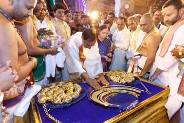 وزیر اعلی نے بھگوان وینكٹیشور کو 4.65 کلو گرام کے مزید زیورات بھی چڑھايے ،جن کی قیمت ایک کروڑ 20 لاکھ روپے ہے۔