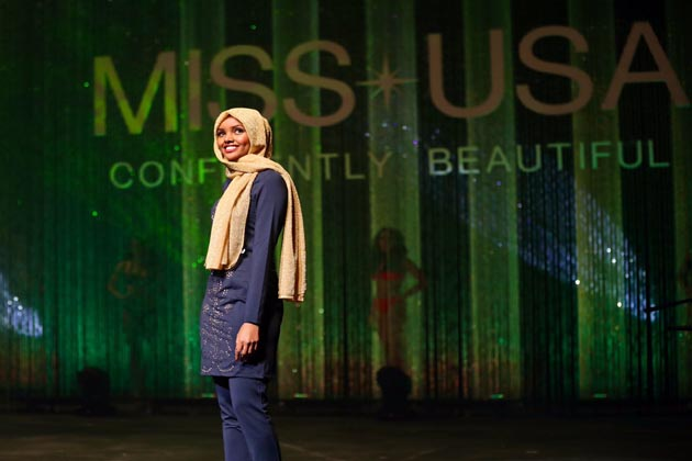 ویگ پیرس کے سابق ایڈیٹر ان چیف کے مطابق حلیمہ فیشن کی دنیا کا آئکن بنیں گی۔ حلیمہ نہ صرف رکاوٹوں کو ختم کررہی ہیں ، بلکہ وہ خوبصورتی کی تعریف بھی بدل رہی ہیں۔ (تصاویر : ٹوئیٹر) ۔