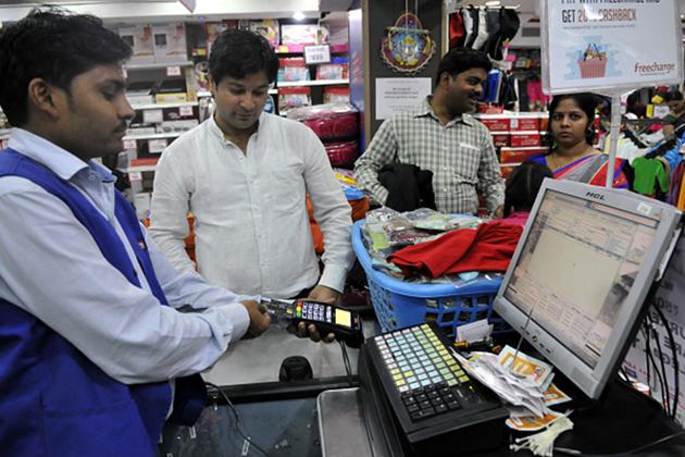 اب تک ڈیبٹ کارڈ سے 1000 روپے کے ادائیگی پر زیادہ سے زیادہ ڈھائی روپے اور  ایک ہزار سے 2 ہزار روپے کے ٹرانزیکشن کے درمیان زیادہ سے زیادہ 10 روپے کا سروس چارج یعنی مرچنٹ ڈسکاؤنٹ ریٹ ہوتا تھا ، لیکن اب یہ یکم اپریل سے بدل جائے گا۔ 2 ہزار روپے سے زیادہ کے لین دین پر 1 فیصد سے زیادہ چارج لگے گا۔