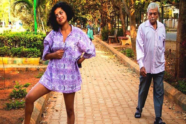 حال ہی میں بنگلور میں لڑکیوں سے چھیڑ چھاڑ کے معاملات تیزی سے سامنے آئے ہیں۔ پیشہ سے فوٹو گرافر بنگلور کی پرینکا شاہ نے شارٹس اور ٹاپ میں پبلک پلیس پر تصاویر جمع کی ہیں۔ تصویر ان کی دوست ایشوریہ سریش ہے۔ تصویر کے ذریعہ انہوں نے ثابت کرنے کی کوشش کی ہے کہ لوگ لڑکیوں کے لباس اور جسم کو پہلے دیکھتے ہیں۔ دیکھنے والے آدمی ہی نہیں ، عورتیں بھی ہوتی ہیں۔