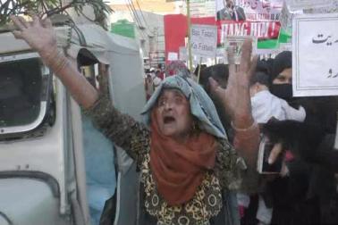 جلوس میں شامل ایک سن رسیدہ خاتون نے کہا کہ ہم دین اسلام پر اپنی جان لٹادیں گے۔ اسلام ہمارا دین اور ہماری شناخت ہے۔(تصاویر اور رپورٹ :   تسلیم قریشی )۔
