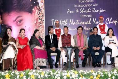 چوتھے یش چوپڑا میموریل ایوارڈ میں ریکھا ، شاہ رخ خان کے ساتھ ساتھ مہاراشٹر کے گورنر سی ودیا راؤ بھی موجود تھے ۔تصویر : آشیش ویشنو / انڈس امیج۔