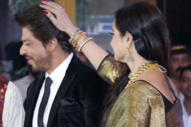 ریکھا نے شاہ رخ خان کو آشیرواد بھی دیا۔ تصویر : آشیش ویشنو / انڈس امیج۔