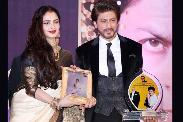 بالی وڈ کی قدآور اداکارہ ریکھا اور مہاراشٹر کے گورنر سی ودیا راؤ نے سپر اسٹار شاہ رخ خان کو یش چوپڑا میموریل ایوارڈ سے نوازا۔ تصویر: پی ٹی آئی۔