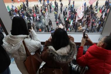 آسٹن میں سینکڑوں لوگوں نے مارچ کرتے ہوئے نعرے لگائےزور سے کہو۔ صاف کہو۔ تارکین وطن کا یہاں خیر مقدم ہے۔(تصاویر :شکاگو ٹربیون اور دی وائس آف امریکہ )۔