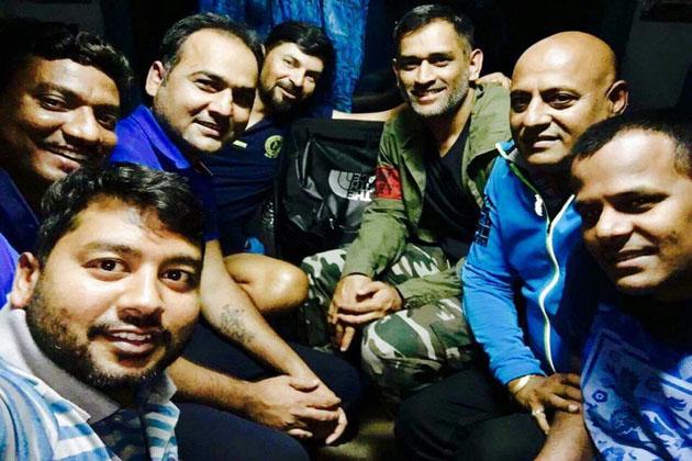 دھونی کے ٹرین میں بیٹھنے سے پہلے اسٹیشن پر موجود ریل حکام نے ان کے ساتھ تصویر لی اور چائے بھی پی۔