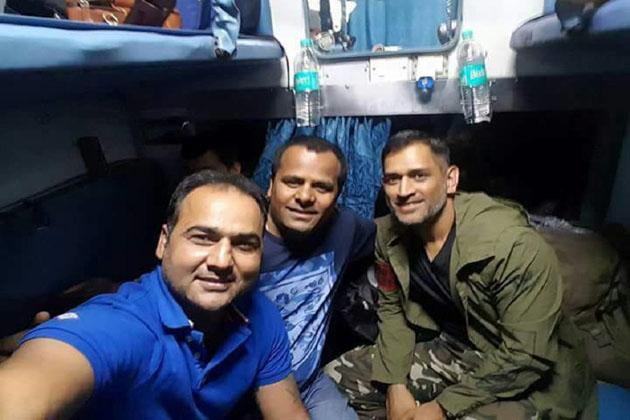 تصویر اور سیلفی کا یہ سلسلہ ٹرین کے اندر بھی جاری رہا۔ ٹیم کے کھلاڑیوں نے بھی اپنے کپتان مہندر سنگھ دھونی کے ساتھ سیلفی لینے کا موقع نہیں چھوڑا۔