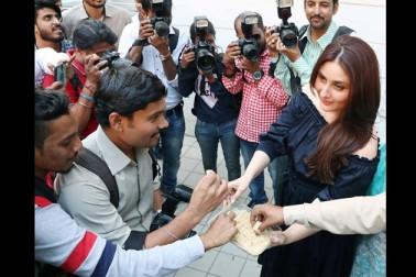 اداکارہ کرینہ کپور خان نے اپنے بیٹے کی پیدائش کے تقریبا دو ماہ بعد ممبئی میں صحافیوں کو مٹھائی کھلائی۔ کرینہ ممبئی میں ایک پروگرام میں پہنچی تھیں، جہاں انہوں نے مٹھائی تقسیم کی۔ (تصاویر:يوگین شاہ)۔