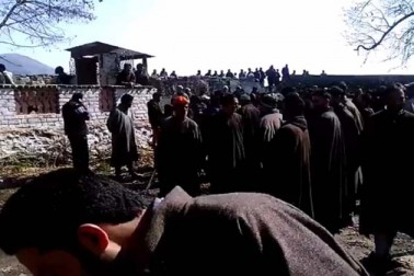 انہوں نے ویڈیو کے ساتھ ایک مختصر تحریر میں لکھا ہےہیرتھ (شیوراتری) پر ایک عظیم جذبہ۔ شمالی کشمیر کے سمبل میں مقامی مسلمانوں نے شیوراتری کے موقعے پر نند کشور مندر کے صحن کی صفائی کی۔
