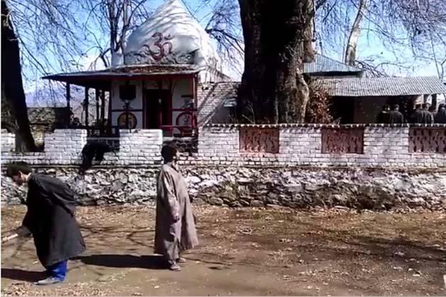 سمبل کے مقامی مسلمانوں کی جانب سے نند کشور مندر کے صحن کی صفائی کی ویڈیو معروف کشمیری صحافی اور ای ٹی وی کے گروپ ایڈیٹر راجیش رینہ نے اپنے فیس بک پیج پر اپ لوڈ کی ہے ، جسے بڑے پیمانے پر شیئر کیا جانے لگا ہے۔