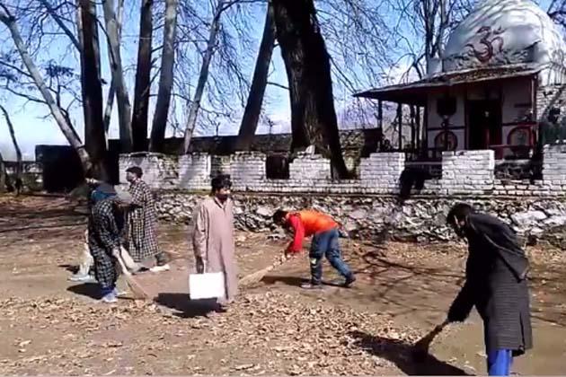 شمالی کشمیر کے سمبل علاقہ میں جمعہ کو مقامی مسلمانوں نے مذہبی ہم آہنگی، اخوت اور کشمیریت کی تازہ مثال قائم کرتے ہوئے کشمیری پنڈتوں کے سب سے بڑے اور محبوب تہوار 'ہیرتھ' کے موقعے پر نند کشور مندر کے صحن کی صفائی انجام دی۔ صفائی کے دوران بعض مقامی مسلمان نوجوانوں نے اپنے ہاتھوں میں پلے کارڈز اٹھا رکھے تھے جن پر یہ تحریر درج تھی ' آیئے اگلی ہیرتھ (شیوراتری) ایک ساتھ مناتے ہیں'۔