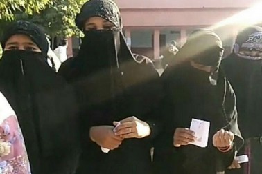 ہمیر پور میں صبح ووٹ ڈالنے نکلیں مسلم خواتین۔