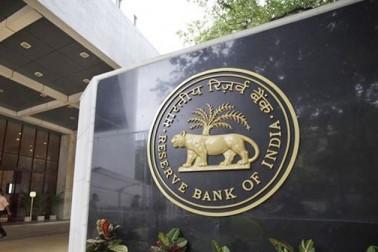 ملک کے سب سے بڑے بینک ریزرو بینک آف انڈیا نے آن لائن ٹرانزیکشن کو فروغ دینے کے لئے ایک اور قدم بڑھایا ہے۔ آر بی آئی نے ڈیبٹ کارڈ ٹرانزیکشن میں کاروباریوں اور تاجروں سے وصول کئے جانے والے ایم ڈی آر یعنی مرچنٹ ڈسکاؤنٹ ریٹ کی نئی شرح پیش کی ہے ۔ نئی شرح کی بنیاد لین دین کی حد نہیں، بلکہ کاروباریوں کی آمدنی کو مانا گیا ہے۔ آر بی آئی کی ویب سائٹ پر نئی شرح کی تجویز پیش کی گئی ہے۔ نئی شرح صلاح و مشورہ اور اتفاق رائے کے بعد یکم اپریل سے نافذ ہو گی۔