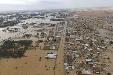 حکومت نے طوفانی بارش کے نتیجے میں شہریوں کو درپیش مشکلات کے حل کے لیے ایمرجنسی ٹیمیں تشکیل دی ہیں جو جدید آلات و وسائل کی مدد سے پانی کے اخراج اور دیگر امدادی کاموں میں سرگرم ہیں۔(تصاویر اور رپورٹ :العربیہ ڈاٹ نیٹ ) ۔