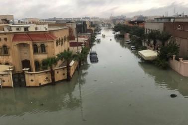 سعودی عرب کے وسطی، مشرقی اور جنوبی علاقوں میں طوفانی بارش کے نتیجے میں کئی شہر پانی میں ڈوب گئے ہیں۔ دوسری جانب محکمہ موسمیات نے خبردار کیا ہے کہ موسلا دھار بارش کے نتیجے میں رہائشی کالونیاں بارشی پانی کی گزرگاہ بن سکتی ہیں۔ بارش کی وجہ سے گاڑیاں جگہ جگہ پھنسی ہوئی ہیں اور شہریوں کو بھی شدید مشکلات کا سامنا ہے۔