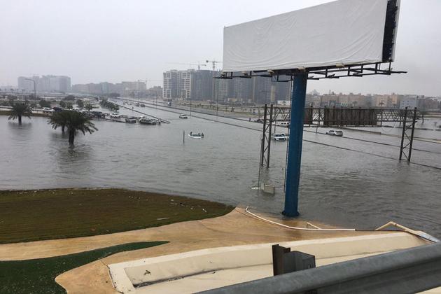 دوسری جانب شہری دفاع سمیت دیگر امدادی ادارے پانی میں پھنسی گاڑیوں کونکالنے اور شہریوں کو پانی سے بچانے کے لیے ان کی ہرممکن کررہے ہیں۔