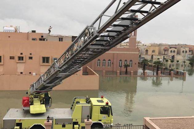 پانی نکالنے والے ٹینکر بھی متاثرہ علاقوں میں کام کررہے ہیں۔