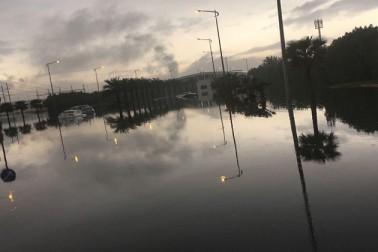 شہری دفاع کے عملے نے پانی میں گھرے دسیوں خاندانوں کو محفوظ مقامات پر منتقل کیا ہے۔