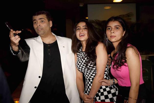 مشہور ڈائریکٹر کرن جوہر اور سارا علی۔