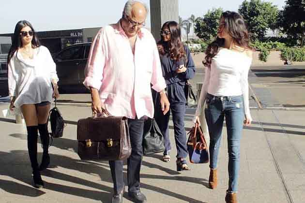 بالی ووڈ اداکارہ سری دیوی اپنی بیٹی جھاهنوي اور خوشی کے ساتھ ممبئی ایئر پورٹ پر نظر آئیں۔ سری دیوی کے شوہر بونی کپور بھی ساتھ تھے۔ جھاہنوی کسی فیشن ماڈل سے کم نہیں لگ رہیں تھی۔سری دیوی کی بڑی بیٹی جھاهنوي 19 سال کی ہیں اور خوشی 15 سال کی ہیں۔