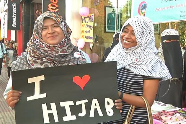 ملک کے آئی ٹی شہر بنگلورو میں یکم فروری کو ورلڈ حجاب ڈے منایا گیا۔ گرلس اسلامک آرگنائزیشن کی کارکنوں نےلڑکیوں کوحجاب کا تحفہ دیا ۔ نہ صرف مسلم بلکہ دیگر مذاہب کی لڑکیوں نے بھی حجاب پہن کا خوشی کااظہارکیا۔
