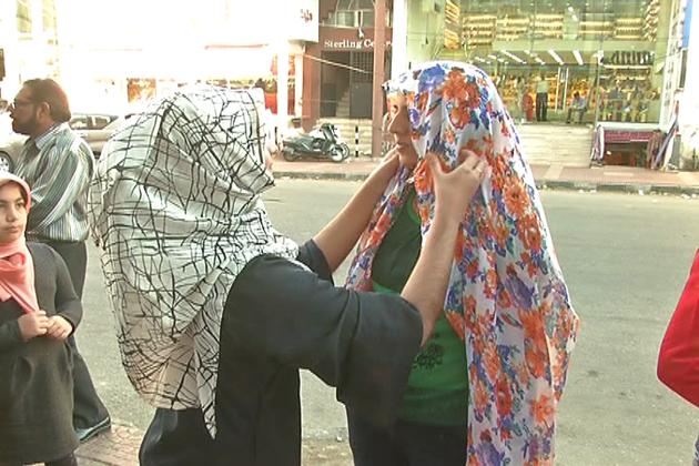 کچھ  لڑکیوں نے ہنسی خوشی کے ساتھ حجاب پہنا ، تو کچھ نے خاموشی اختیارکرلی۔