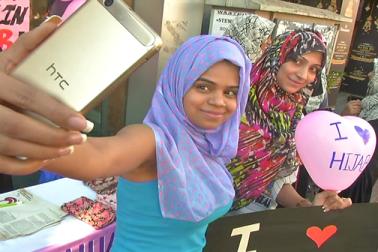 شاپنگ کے لیےمشہور کمرشیل اسٹریٹ میں جی آئی او کی کارکنوں نے دو کاؤنٹرس بناکر حجاب کی تقسیم کی  ۔
