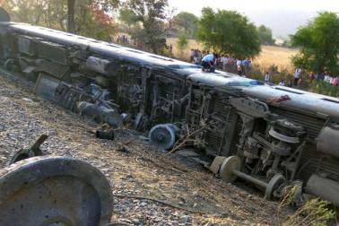 اترپردیش کے مہوبہ میں جبل پور سے حضرت نظام الدین (دہلی) جا رہی سپرفاسٹ مهاكوشل ایکسپریس ٹرین کے سات ڈبے آج علی الصبح پٹری سے اتر گئے جس سے دو سو سے زائد مسافر زخمی ہو گئے۔ تاہم ضلع انتظامیہ نے زخمیوں کی تعداد محض 22 بتائی ہے۔ اعلی حکام اور پولیس افسران کی موجودگی میں بچاؤ اور امدادی کام جاری ہے۔ زخمیوں کو علاج کے لئے قریب کے ہسپتالوں میں داخل کرایا گیا ہے۔ شدید زخمی چھ مسافروں کو علاج کے لئے جھانسی میڈیکل کالج پہنچا یا گیا ہے۔ تصویر: منوج کھانڈیکر۔