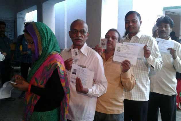 گورکھپور کے پولنگ بوتھوں پر ووٹروں کی صبح سے ہی لگ گئی لائنیں۔