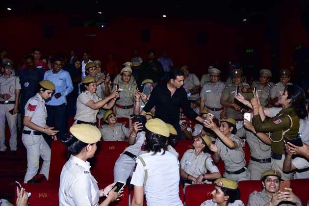 فلم کے پروموشن کے لئے فلم کی اسٹار کاسٹ نے اسے دہلی پولیس کی خواتین پولیس اہلکاروں کے ساتھ دیکھنے کا پلان بنایا۔