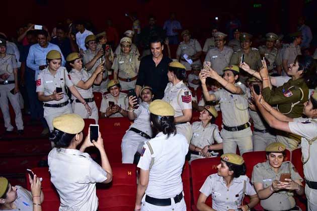 دہلی کے پی وی آر تھیٹر میں اس وقت دلچسپ منظر ہو گیا جب بالی ووڈ اسٹار اکشے کمار کو اپنے درمیان دیکھ کر خاتون پولیس کانسٹیبل سیلفی کھینچنے کے لئے بے قابو ہو گئیں۔ دراصل اکشے کمار، تاپسی پنو کی آنے والی فلم 'نام شبانہ' کے پروموشن کے لئے یہاں آئے تھے۔