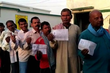 چندولی میں ووٹنگ کے لئے صبح صبح گھروں سے نکلے لوگ۔