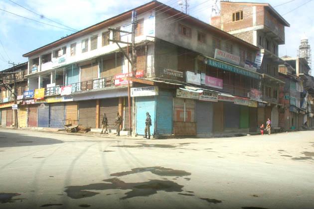 رپورٹ کے مطابق چاڈورہ کے علاوہ بڈگام، چرار شریف، بیروہ اور خانصاحب قصبوں میں بھی مکمل ہڑتال رہی۔ سیکورٹی ذرائع نے یو این آئی کو بتایا کہ ضلع بڈگام بالخصوص چاڈورہ میں امن وامان کی صورتحال برقرار رکھنے کے لئے سیکورٹی فورسز کی اضافی نفری تعینات کردی گئی ہے۔ ادھر گرمائی دارالحکومت سری نگر کے سیول لائنز بشمول جموں وکشمیر لبریشن فرنٹ (جے کے ایل ایف) کے گڑھ مانے جانے والے مائسمہ علاقہ میں تجارتی اور دیگر سرگرمیاں متاثر رہیں جبکہ سڑکوں پر گاڑیوں کی آمدورفت متاثر رہی۔