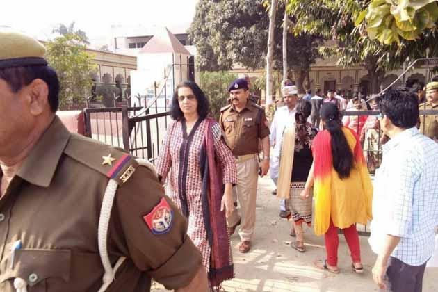 گورکھپور میں تلسی داس انٹر کالج میں بنے بوتھوں کا معائنہ کرنے پہنچیں ڈی ایم سندھیا تیواری اور ایس ایس پی رام لال ورما۔