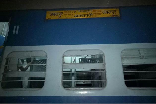 پولیس سپرنٹنڈنٹ گورو سنگھ نے بتایا کہ ٹرین حادثہ میں فی الحال کسی کی موت کی اطلاع نہیں ہے لیکن 22 مسافر زخمی ہوئے ہیں جن کا علاج چل رہاہے۔ حادثہ کے شکار ڈبوں کے گاڑی سے الگ ہوجانے کے سبب کوئی بھیانک حادثہ نہیں ہوا۔ حادثہ کے سبب جھانسی مانک پور سیکشن میں ریلوے ٹریفک میں رخنہ پڑا ہے۔